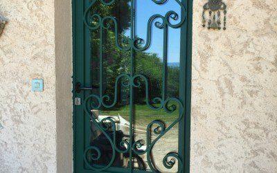 Découvrez une nouvelle réalisation originale de porte d'entrée avec barreaudage fabriquée dans nos ateliers